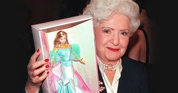 Ruth handler 1916 2002 la maman de barbie le monde for Barbie chien piscine