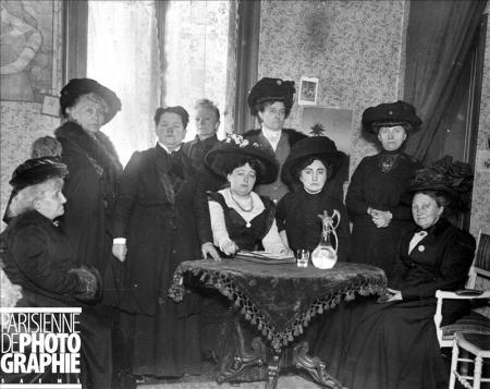 Réunion de suffragettes parisiennes à l'occasion d'une campagne électorale. De gauche à droite : Caroline Kauffmann, le docteur Madeleine Pelletier, Mesdames H. Kafoff, Lendin et Chemin. 1910. RV-522791 - © Albert Harlingue / Roger-Viollet
