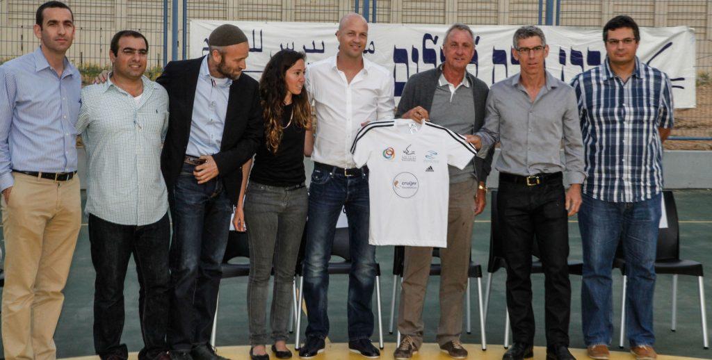 Johan Cruyff tenant un maillot pour la paix - Crédit photo : Maccabi Tel Aviv
