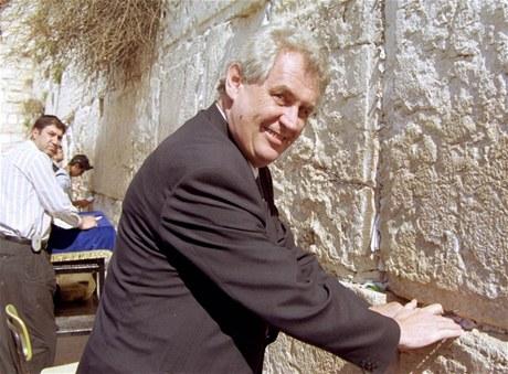 """Le président tchèque Miloš Zeman au """"Mur occidental"""" à Jérusalem en 2002."""