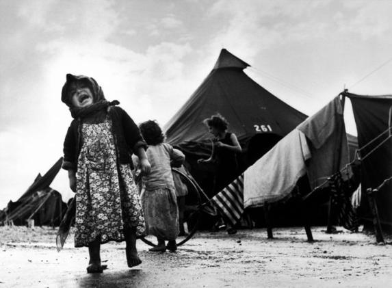 Camp de réfugiés juifs des pays arabes, Israël, 1949. Crédit photo : Robert Capa