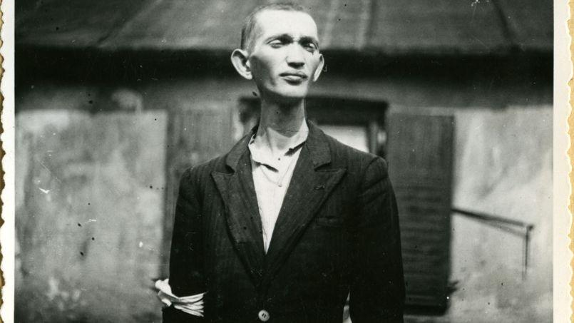 Jeune homme juif portant un brassard. Ghetto de Szydlowiec, 1942. Photo: Heinrich Moepken.© Yad Vashem.