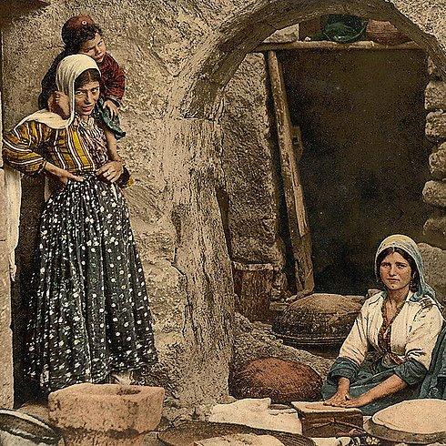 Des femmes syriennes qui préparent du pain