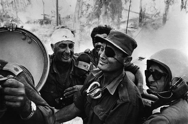1973: Mobilisé dans la réserve, Sharon dirige la première division blindée qui franchit le canal de Suez et encercle les forces égyptiennes.