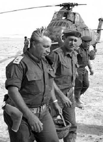 1956: Commande le corps des parachutistes pendant la guerre du Sinaï.