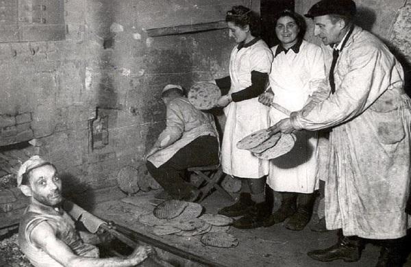 Des Juifs préparant en cachette les matzot pour Pessah- 1943