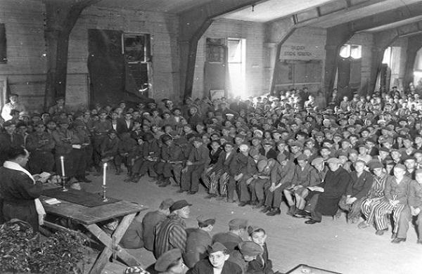 La prière du Shabbat juste après la libération au camp Buchenwald – 1945