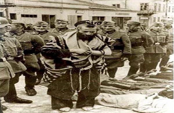 Le rabbin  Moshe Yitzhak Hengerman priant pour des juifs battus à mort par les nazi – 1940