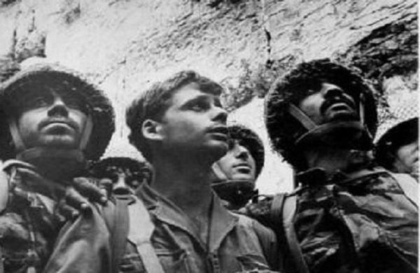 Trois soldats de Tsahal se recueillent devant le Kotel le jour de la libération de Jérusalem – 1967