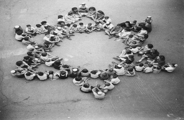 Des enfants survivants du camp de Buchenwald formant une Maguen David humaine – 1946