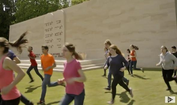 VIDEO – Cérémonie de Verdun : 3.400 enfants courent à travers les tombes des soldats juifs, musulmans et chrétiens