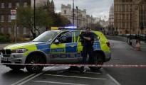 An armed police officer gets out of a car inside a police cordon outside the Houses of Parliament in central London on March 22, 2017 during an emergency incident. / AFP PHOTO / Daniel LEAL-OLIVAS